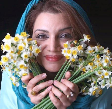 الهام پاوه نژاد در میان گلهای نرگس /عکس