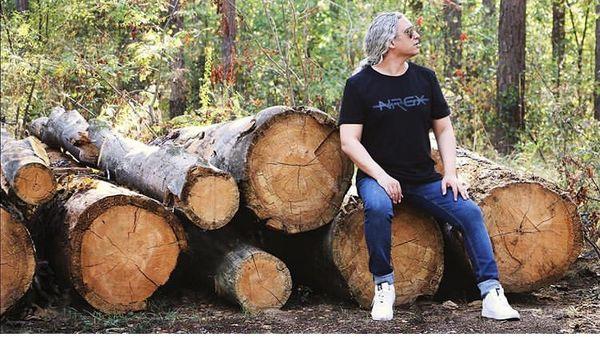 تکیه مازیار فلاحی بر کنده های چوب تنومند /عکس