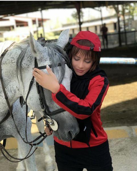 دست نوازش شراره رخام بر سر اسب زیبایش /عکس