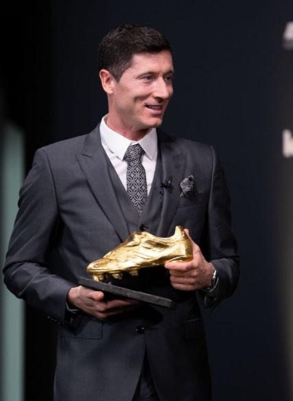 کفش طلای اروپا در دستان لواندوفسکی+ عکس
