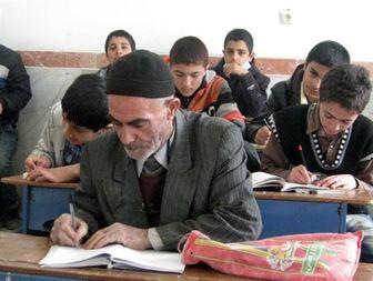 پیرمرد 79 ساله ملایری در کلاس درس