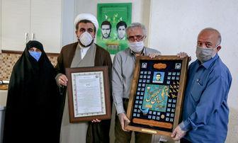 اهدای لوح تقدیر سرلشکر باقری به تعدادی از خانوادههای شهدای تفحص