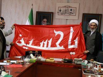 پرچم گنبد حرم حضرت امام حسین(ع) به معاون فرهنگی قوه قضاییه اهدا شد