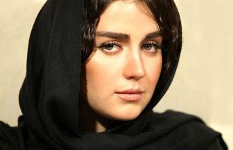 سلفی خانم بازیگر در حال دوچرخه سواری در خارج از کشور