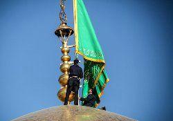 نصب پرچم بر فراز گنبد حرم امام رضا(ع) + فیلم