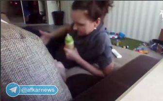رفتار وحشیانۀ پرستارکودک آمریکایی باطفل ٨ ماهه/ فیلم