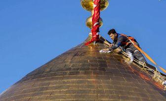 تصاویری ناب از غبارروبی گنبد حرم امام حسین(ع)