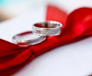 چرا حلقه ازدواج را در انگشت چهارم دست چپ می اندازیم؟