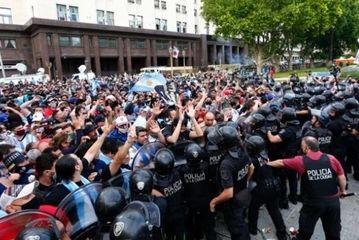 درگیری طرفداران مارادونا در مراسم خاکسپاری/ گزارش تصویری