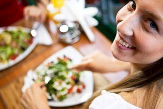 تغذیه مناسب زنان در گروههای سنی مختلف باید چگونه باشد؟