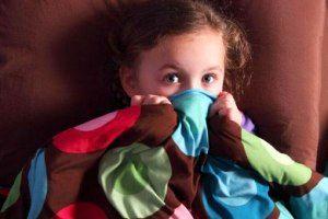 چرا کودک مان از تاریکی می ترسد؟ + راه حل