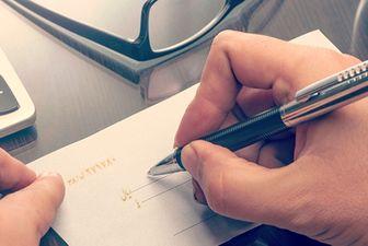 همتی: انتقال چک های تضمینی به دیگران فاقد اعتبار است