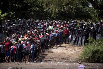 انسداد گذرگاه مرزی آمریکا با مکزیک و پرتاب گاز اشک آور