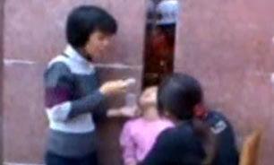 گیر کردن سر دختر بچه چینی بین دو دیوار + فیلم