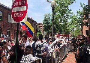 تجمع حامیان مادورو مقابل سفارت ونزوئلا در واشنگتن