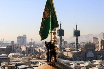 تعویض پرچم حرم امام رئوف(ع)/ گزارش تصویری