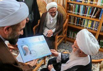 اهدا کارت بسیج به آیت الله مکارم شیرازی