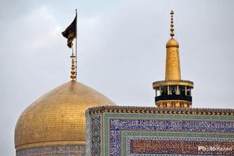 تغویض کتیبههای عزا در حرم رضوی به مناسبت ایام شهادت امام رئوف/ فیلم