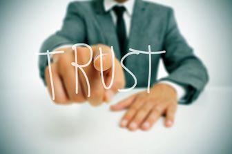 چرا گاهی به غریبهها بیشتر اعتماد میکنیم؟
