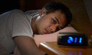چرا با وجود خوابآلودگی به خواب نمیرویم؟ + درمان بی خوابی