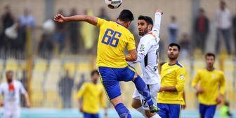 خروج بازیکن نفت مسجد سلیمان با آمبولانس از ورزشگاه