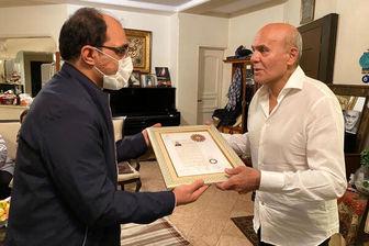 نشان درجه یک هنری در دستان «جمشید هاشمپور»