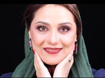 شبنم مقدمی در کنار کتیبه ای از شعر استاد سخن پارسی /عکس