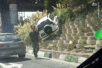 پرواز یک خودرو در تهران/ عکس