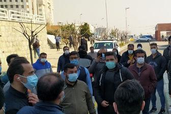 چهره های مشهور مقابل بیمارستان پیگیر وضعیت علی انصاریان +عکس