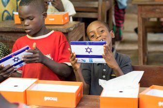رژیم کودککُش صهیونیستی به دانشآموزان نیجریایی تبلت میدهد!+ تصاویر