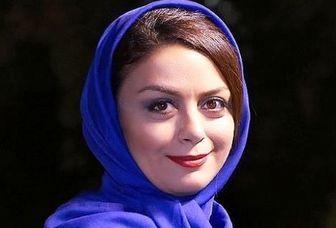 خانم بازیگر سوار بر پیکان آلبالویی/ عکس