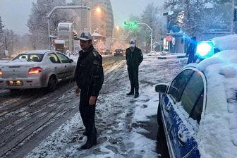 بارش برف در جاده های کشور/ زنجیرچرخ فراموش نشود