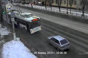 تصادف وحشتناک خودروی سواری با اتوبوس برقی/ فیلم