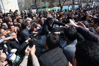تجمع هواداران احمدی نژاد در یکی از خیابانهای اطراف وزارت کشور+فیلم